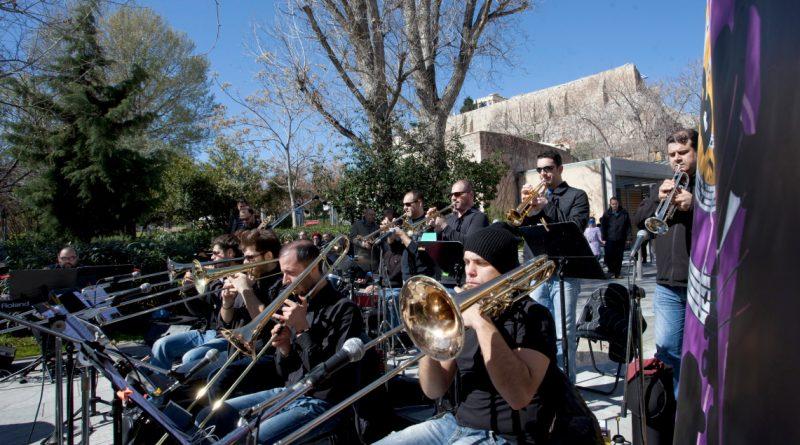 Η Athens Big Band live στον πεζόδρομο της Διονυσίου Αρεοπαγίτου & Μακρυγιάννη
